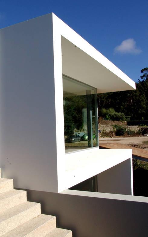 Fachada: Casas modernas por MANUEL CORREIA FERNANDES, ARQUITECTO E ASSOCIADOS