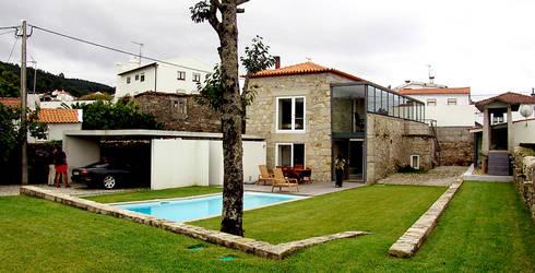 Jardim: Jardins modernos por MANUEL CORREIA FERNANDES, ARQUITECTO E ASSOCIADOS