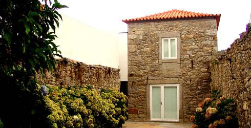 Jardim: Casas modernas por MANUEL CORREIA FERNANDES, ARQUITECTO E ASSOCIADOS