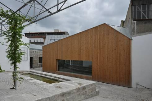 Casa da Memória em Guimarães: Casas minimalistas por Miguel Guedes arquitetos