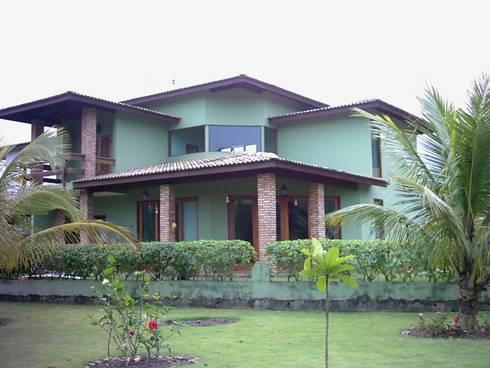 Casa de Praia: Casas tropicais por Henrique Thomaz Arquitetura e Interiores