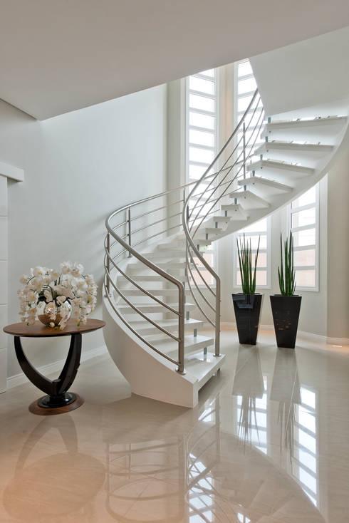 RVD: Corredores e halls de entrada  por Angelica Pecego Arquitetura