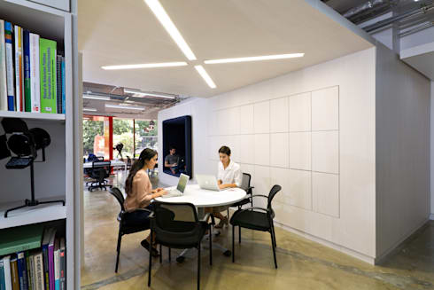 Nueva sede operativa PIZZOLANTE Estrategia + Comunicación : Oficinas de estilo moderno por CENTRAL ARQUITECTURA