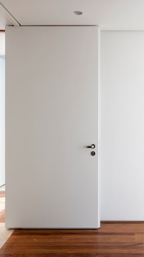 Detalhe porta pivotante: Janelas   por Fabio Rudnik Arquitetura