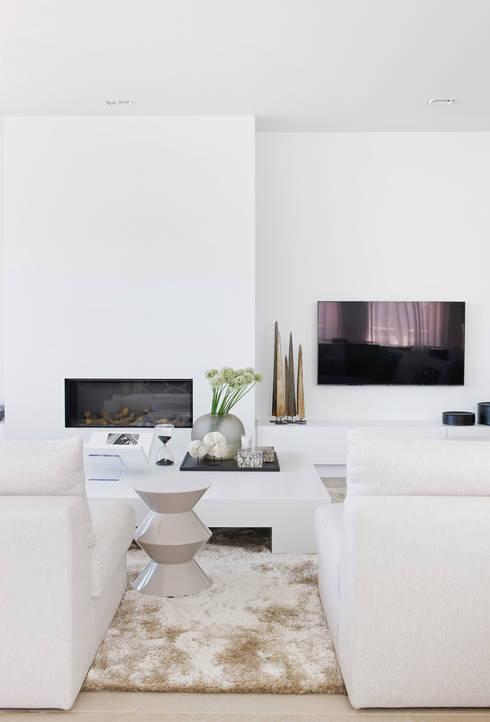 Appartement aan Zee : moderne Woonkamer door Grego Design Studio
