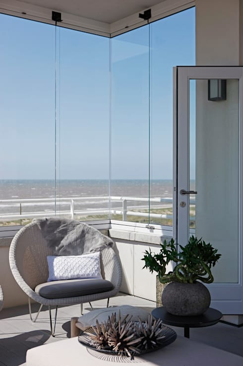 Appartement aan Zee:  Terras door Grego Design Studio