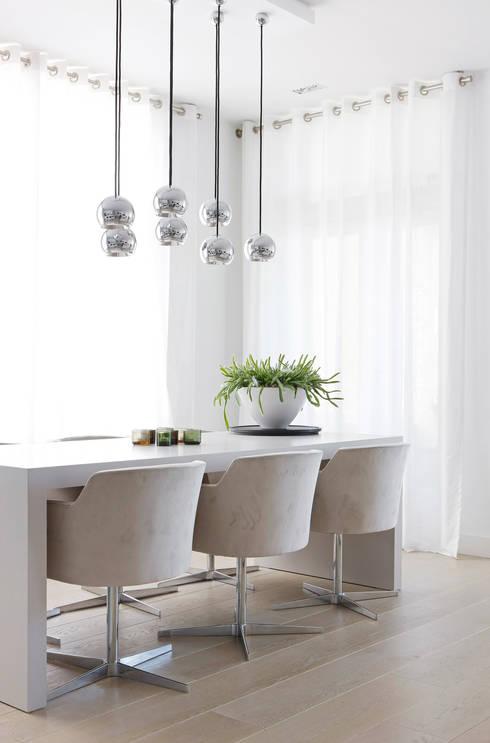 Appartement aan Zee:  Eetkamer door Grego Design Studio