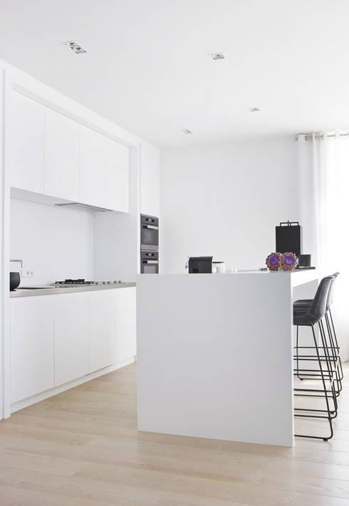Appartement aan Zee:  Keuken door Grego Design Studio