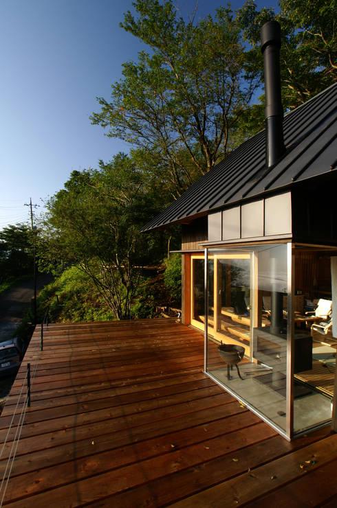 10畳分のデッキスペース: 樋口善信建築計画事務所が手掛けたベランダです。