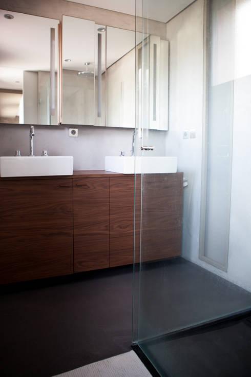 Villa J - Aménagement intérieur dans le vignoble: Salle de bain de style de style Minimaliste par AM architecture