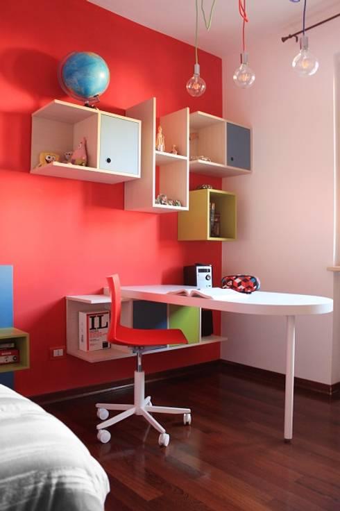 Cameretta teenager.: Camera da letto in stile in stile Moderno di OGARREDO