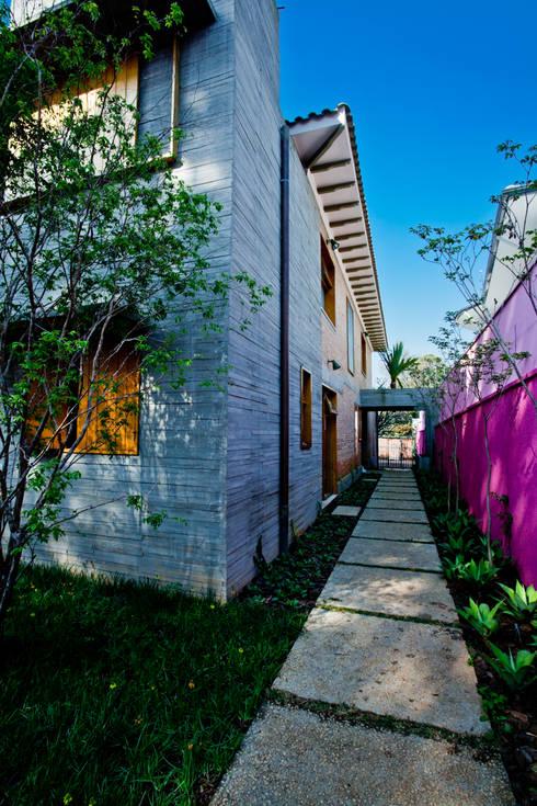 Jardines de estilo moderno por Estúdio Paulo Alves