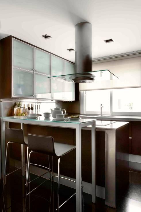 RIVIA: Cocinas de estilo  de MILLENIUM ARCHITECTURE