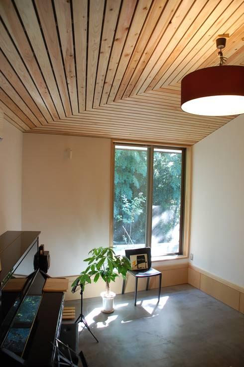 奏でるsumai: 一級建築士事務所アトリエ樫が手掛けたリビングです。