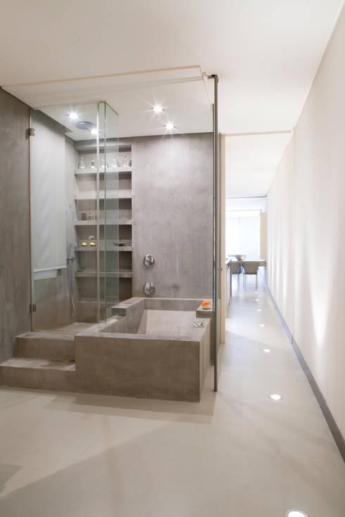 SALUD: Baños de estilo moderno de MILLENIUM ARCHITECTURE