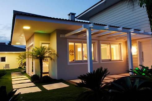 Casa de Praia em Xangri-lá – RS: Casas modernas por Londero Moraes Arquitetura & Design