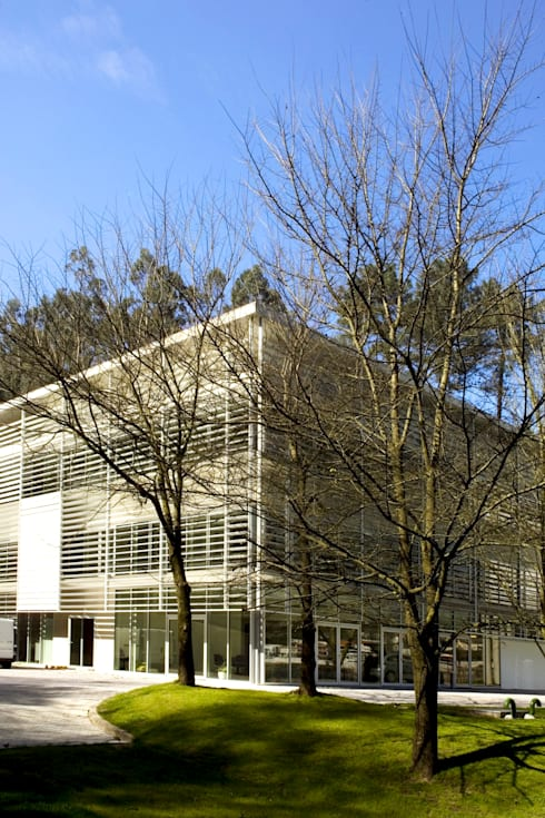 Exterior: Casas modernas por MANUEL CORREIA FERNANDES, ARQUITECTO E ASSOCIADOS