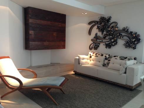 Sala de lareira: Salas de estar modernas por Laura Picoli