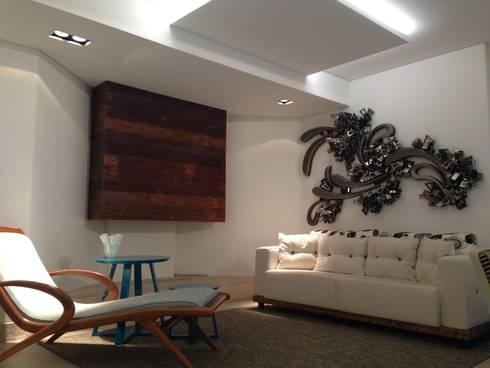 Iluminação da sala da lareira: Salas de estar modernas por Laura Picoli