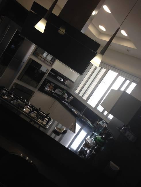Iluminação da Cozinha: Cozinhas modernas por Laura Picoli