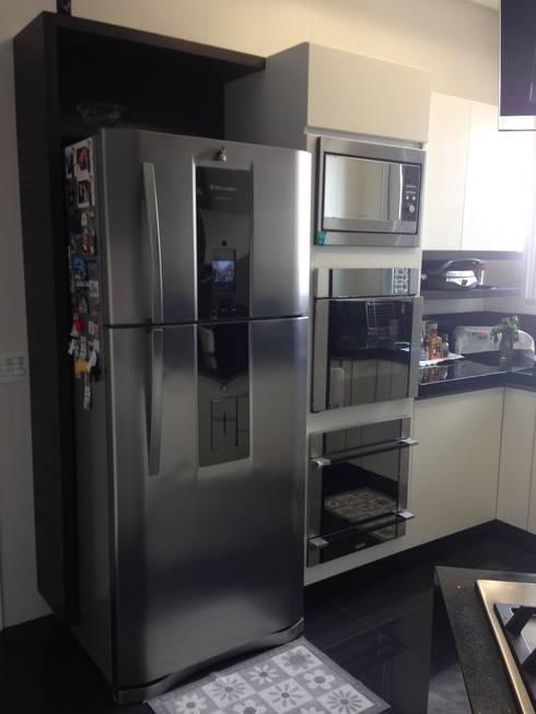 Distribuição dos eletrodomésticos na cozinha: Cozinhas modernas por Laura Picoli