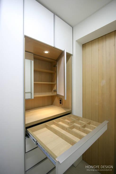 4인가족이 사는 화이트톤의 깔끔한 집_32py: 홍예디자인의  드레스 룸