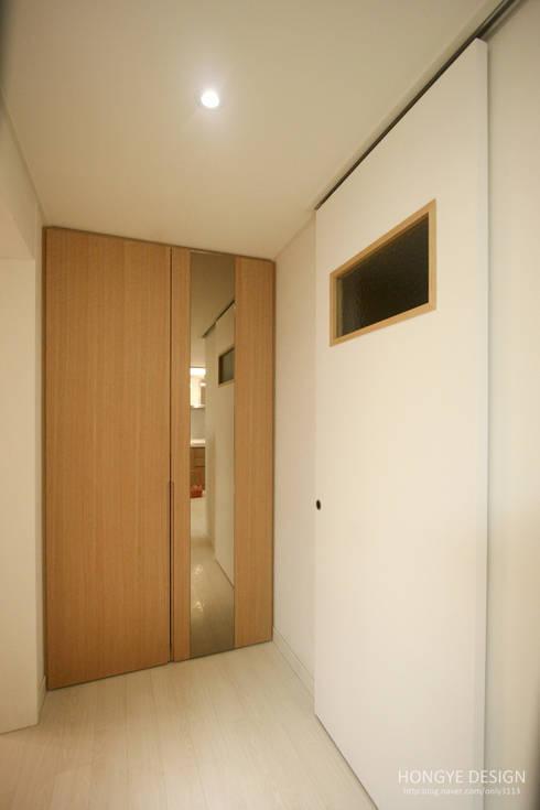 4인가족이 사는 화이트톤의 깔끔한 집_32py: 홍예디자인의  창문