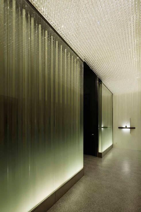 Pasillos y vestíbulos de estilo  por 藤村デザインスタジオ / FUJIMURA DESIGIN STUDIO