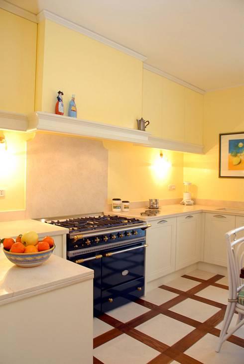 villa sulle colline con giardino: Cucina in stile in stile Classico di bilune studio