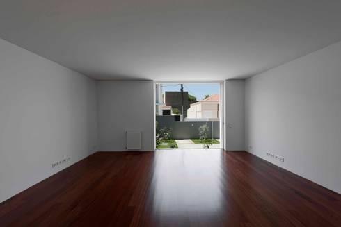 Casa em Matosinhos II: Salas de estar modernas por Jorge Domingues Arquitectos