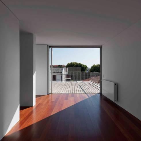 Casa em Matosinhos II: Corredores e halls de entrada  por Jorge Domingues Arquitectos