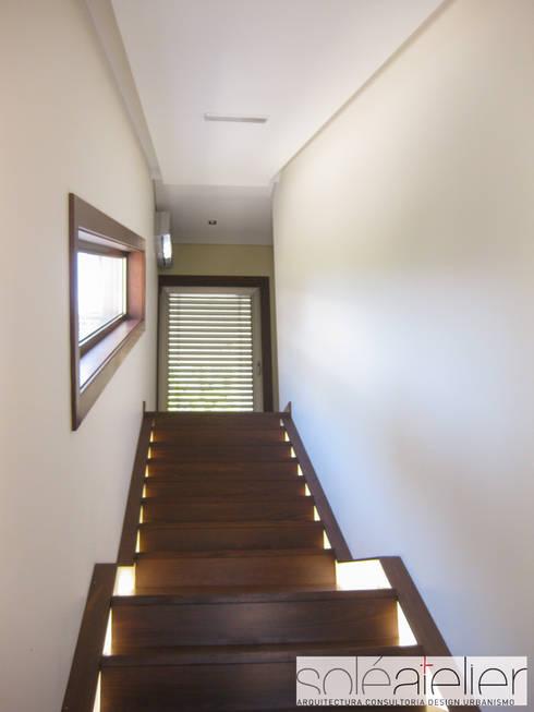 Casa TENEDÓRIO, Loivo: Corredores e halls de entrada  por SOLE ATELIER, LDA