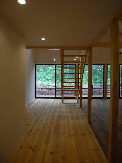 通り土間: Unico design一級建築士事務所が手掛けた廊下 & 玄関です。