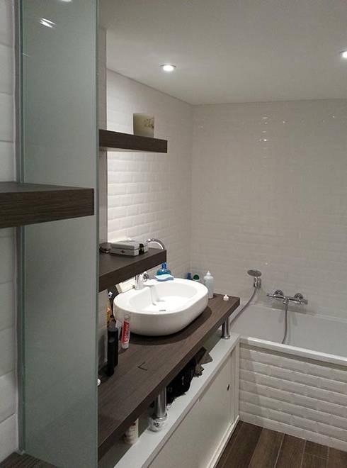 aménagement d'un appartement (Lyon, Rhône): Salle de bains de style  par atacama architecture
