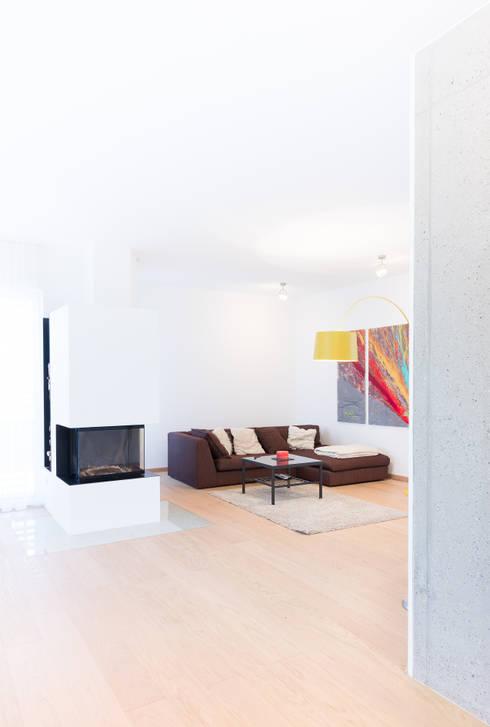 Wohnhaus in Siedlungslage, Österreich: moderne Wohnzimmer von STUDIO 54 Ziviltechniker GmbH