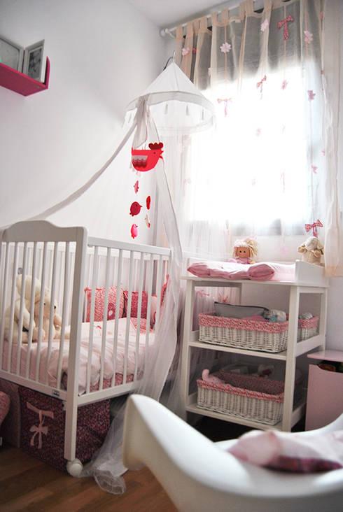 Un toque de color para Valentina:  de estilo  de RoomRoomBebé