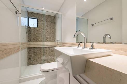 Apartamento em Curitiba - PR.: Banheiros modernos por Saad.Ribeiro Arquitetura e Interiores