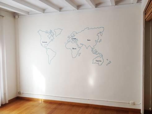 Mapa mundi personalizado: Paredes y suelos de estilo ecléctico de RoomRoomBebé