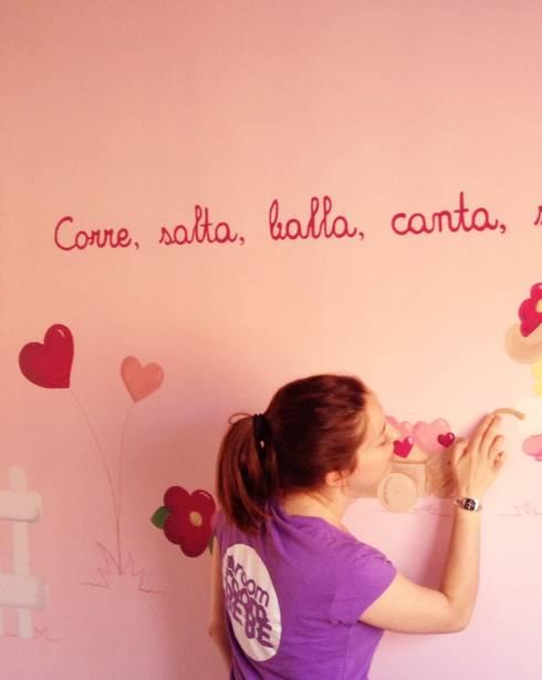 Mural pintado a mano.: Paredes y suelos de estilo clásico de RoomRoomBebé