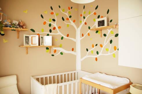 Mural de árbol con hojas texturadas.: Paredes y suelos de estilo ecléctico de RoomRoomBebé