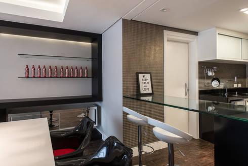 Apartamento em Curitiba – PR.: Salas de jantar modernas por Saad.Ribeiro Arquitetura e Interiores