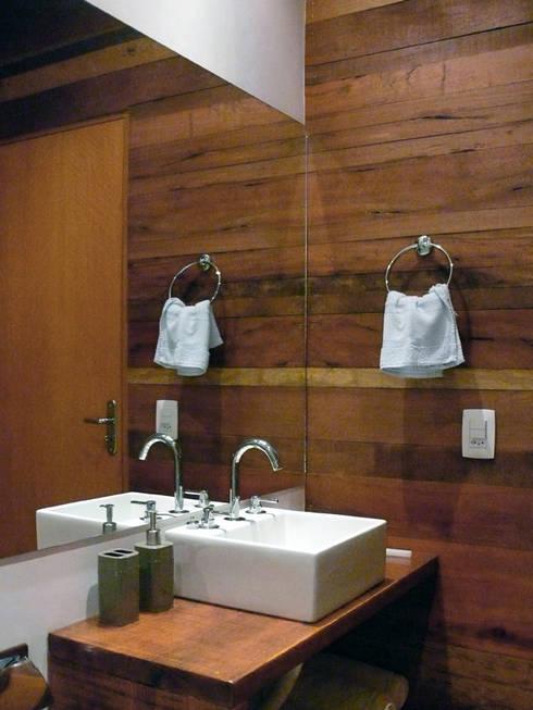 Casa Dois Casais: Banheiros rústicos por Cabana Arquitetos