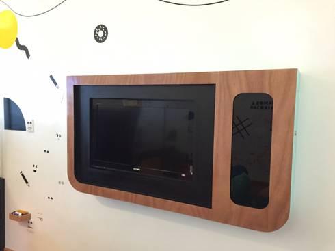 Mueble tv xbox: Espacios comerciales de estilo  por AMÉTRICO ESTUDIO
