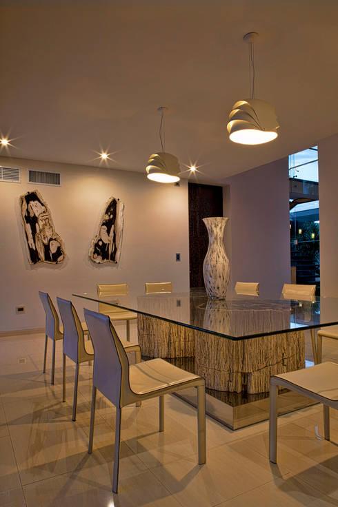 Residencia JC-ROA: Comedores de estilo moderno por AIDA TRACONIS ARQUITECTOS EN MERIDA YUCATAN MEXICO