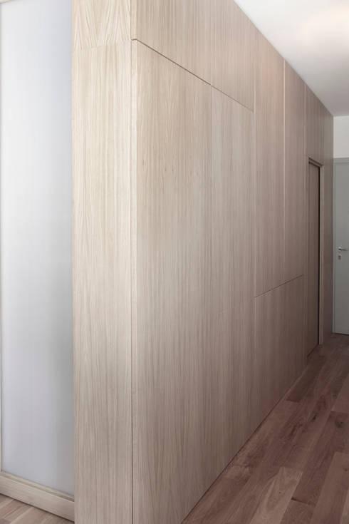 Casa S: Ingresso & Corridoio in stile  di TIPI STUDIO