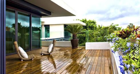 Residencia JC-ROA: Terrazas de estilo  por AIDA TRACONIS ARQUITECTOS EN MERIDA YUCATAN MEXICO