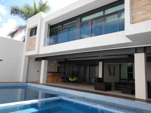 Residencia JC-ROA: Albercas de estilo moderno por AIDA TRACONIS ARQUITECTOS EN MERIDA YUCATAN MEXICO