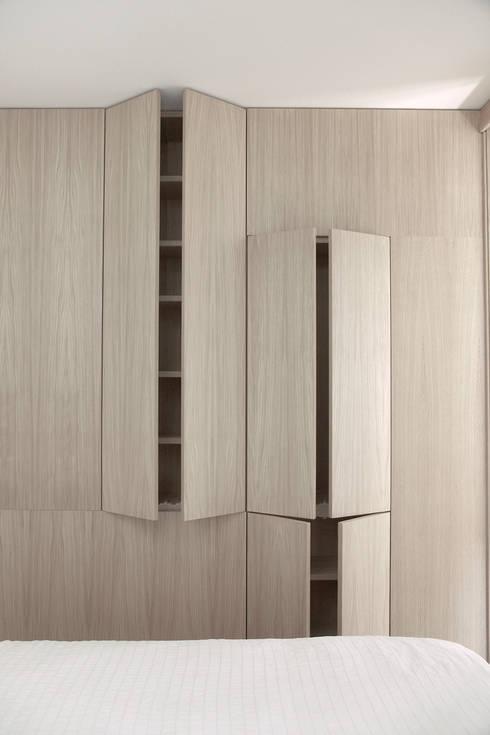 Casa S: Camera da letto in stile in stile Minimalista di TIPI STUDIO