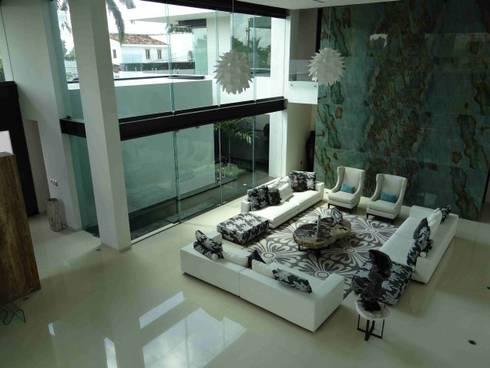 Residencia JC-ROA: Salas de estilo moderno por AIDA TRACONIS ARQUITECTOS EN MERIDA YUCATAN MEXICO