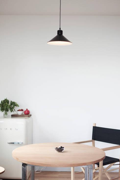 Casa S: Sala da pranzo in stile in stile Minimalista di TIPI STUDIO